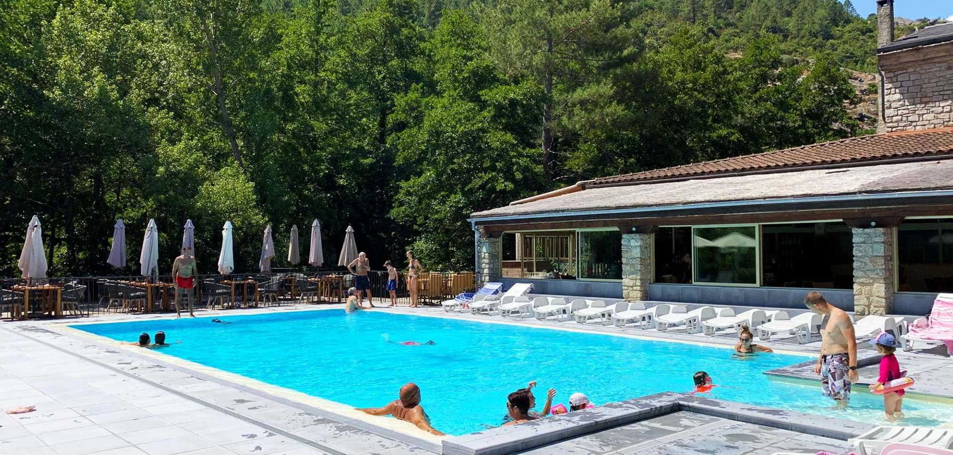 tout servi au bord de la piscine de l'Auberge à Corte | Auberge de la Restonica